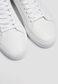 PULL&BEAR - MIT BROGUING - Sneakers basse - white - 3