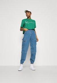 Karl Kani - SIGNATURE PINSTRIPE TEE - Print T-shirt - green - 1
