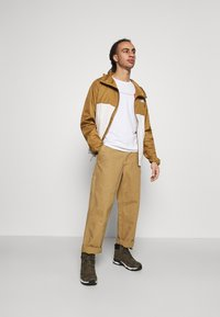 The North Face - BERKELEY  - Trousers - utility brown - 1