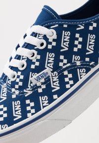 Vans - AUTHENTIC - Sneakersy niskie - true blue/true white - 6