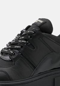 The Kooples - BASKETS AVEC GROSSE SEMELLE - Sneakers laag - black - 5