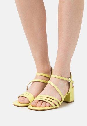 DIAMY - Sandały - jaune