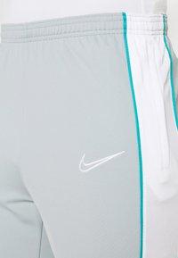 Nike Performance - ACADEMY PANT - Teplákové kalhoty - light pumice/white - 4