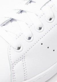 adidas Originals - STAN SMITH HEEL PATCH SHOES - Zapatillas - footwear white/glow blue - 2