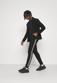 Glorious Gangsta - BARCO - Tracksuit bottoms - black/gold - 1