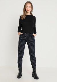 Vero Moda Petite - VMMILDA O-NECK PETITE - Pullover - black - 1