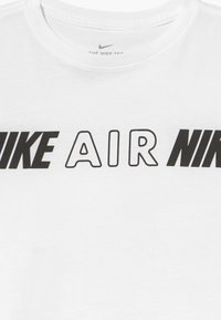Nike Sportswear - TEE CROP AIR TAPING - T-shirt imprimé - white - 3
