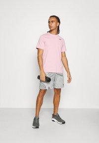 Nike Performance - TEE CREW SOLID - T-shirts basic - pink glaze - 1