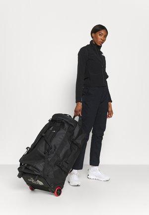BASE CAMP DUFFEL ROLLER - Cestovní taška - black