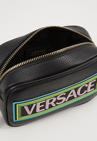 Versace - BORSA C/TRACOLLA E PATCH - Across body bag - nero - 5