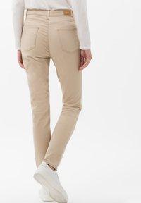 BRAX - STYLE CAROLA - Jeans Slim Fit - sand - 2