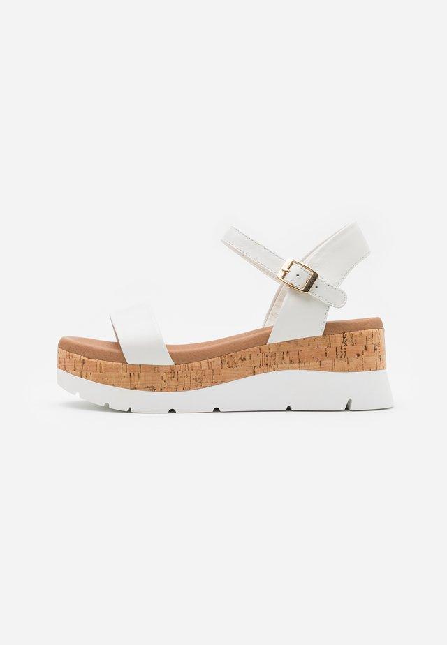 ROSELITA - Sandály na platformě - white