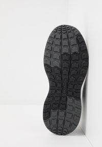 Columbia - YOUTH PIVOT - Sports shoes - black/white - 5