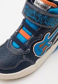 Geox - GRAYJAY BOY - Sneakersy wysokie - navy/light blue - 5