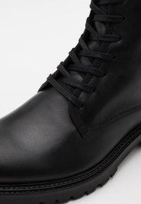 Filippa K - JOHN LACE UP BOOT - Šněrovací kotníkové boty - black - 5