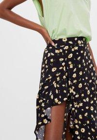 Bershka - ROCK MIT BLUMENPRINT UND VOLANTS - A-line skirt - black - 3