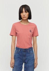 ARMEDANGELS - T-SHIRT AUS BIO-BAUMWOLLE LIDAA BEST FRIENDS - Print T-shirt - cinnamon rose - 0