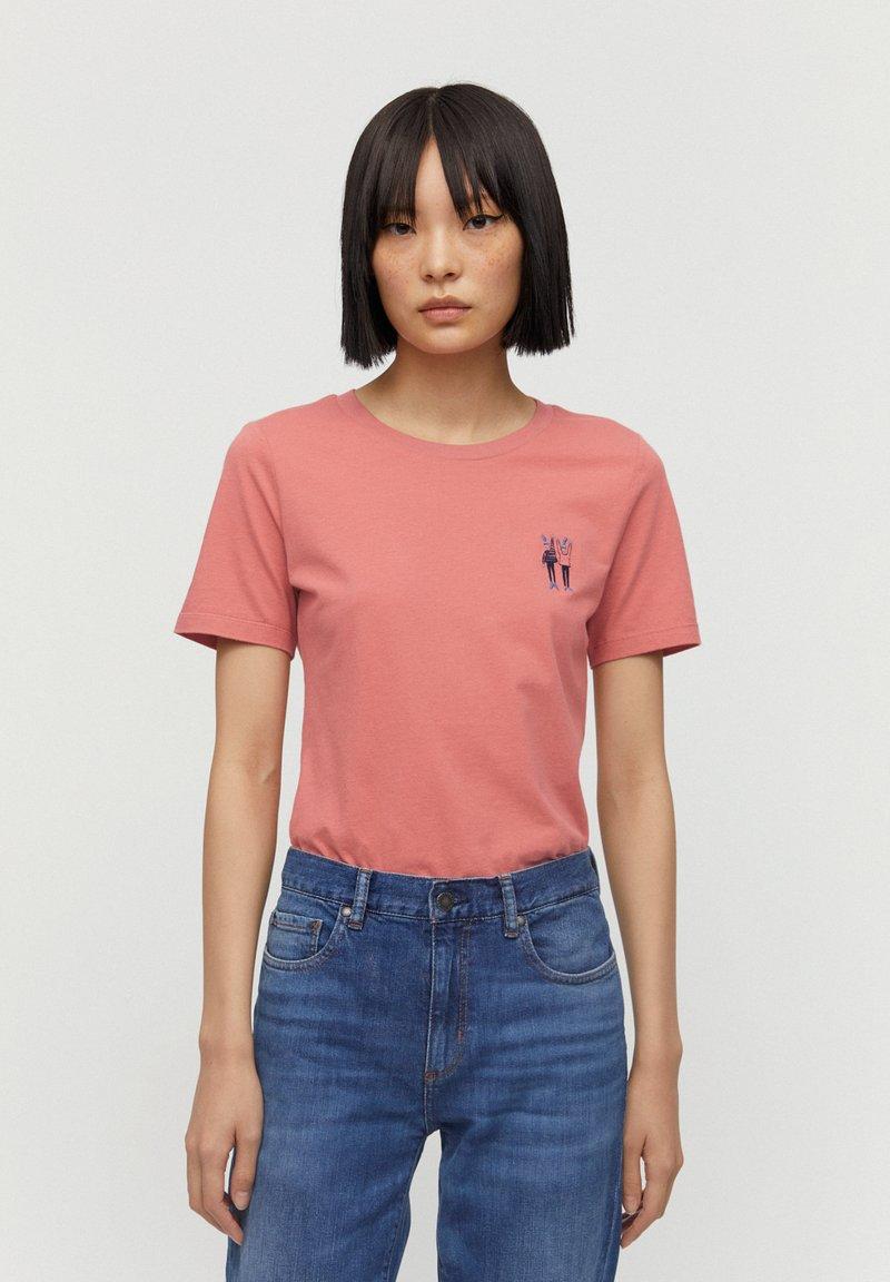 ARMEDANGELS - T-SHIRT AUS BIO-BAUMWOLLE LIDAA BEST FRIENDS - Print T-shirt - cinnamon rose