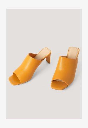 MIT QUADRATISCHEM ABSATZ - Heeled mules - orange