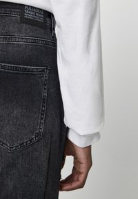 PULL&BEAR - PREMIUM-KAROTTENJEANS MIT ZIERRISSEN 05684525 - Džíny Slim Fit - mottled light grey - 3