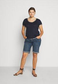 Vince Camuto Plus - SCOOP TEE - T-shirts print - dark blue - 1