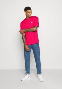 adidas Originals - TREFOIL TEE - Camiseta estampada - powpnk/white - 1