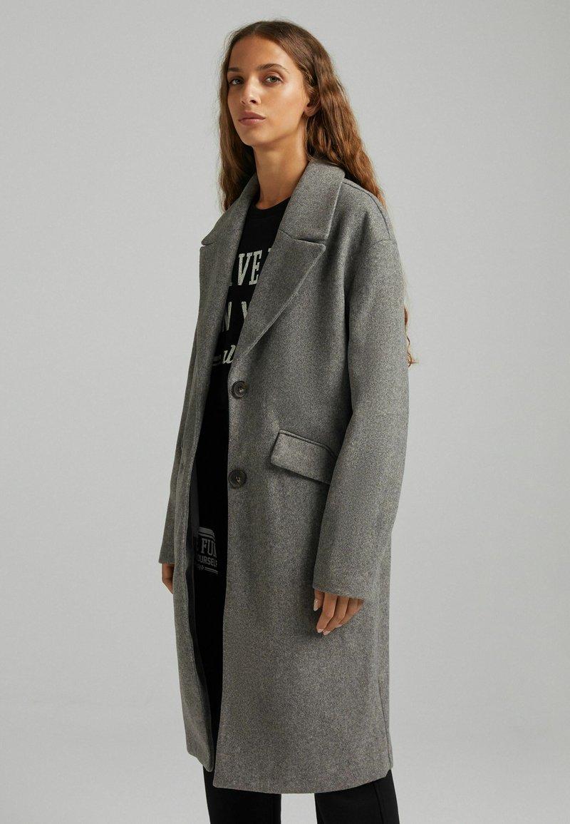 Bershka - MIT FALLENDEN SCHULTERNÄHTEN  - Klasický kabát - grey