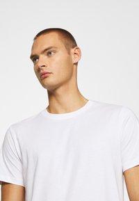 Jack & Jones - JJENOA TEE CREW NECK 5 PACK - Basic T-shirt - white/black/dark blue - 7
