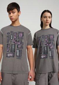 Napapijri - S-KEE - T-shirt med print - grey gargoyle - 2