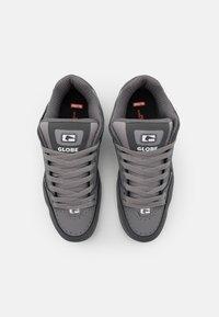 Globe - TILT - Skateschoenen - griffin/white - 3