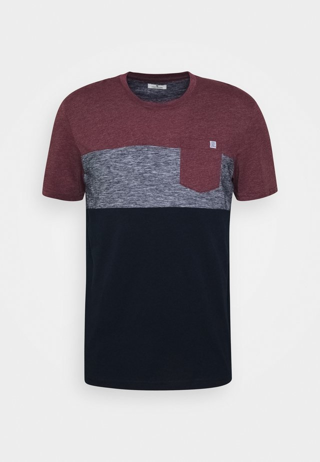 CUTLINE - T-shirt print - dusty wildberry red