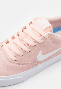 Nike SB - CHARGE UNISEX - Trainers - washed coral/white/black - 5