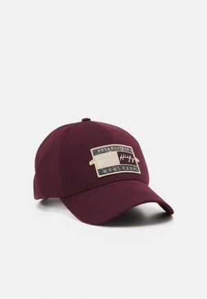 SIGNATURE BADGE UNISEX - Cap - deep burgundy