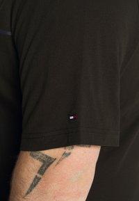 Tommy Hilfiger - GLOBAL STRIPE TEE - T-shirt print - black - 5