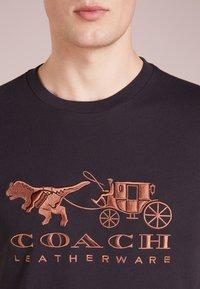 Coach - REXY AND CARRIAGE  - Print T-shirt - black - 4