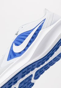 Nike Performance - DOWNSHIFTER 10 - Zapatillas de running neutras - pure platinum/white/hyper royal - 5