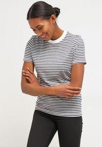 Selected Femme - SFMY PERFECT TEE BOX CUT - Print T-shirt - peacoat - 0