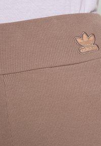 adidas Originals - Shorts - trace brown - 4