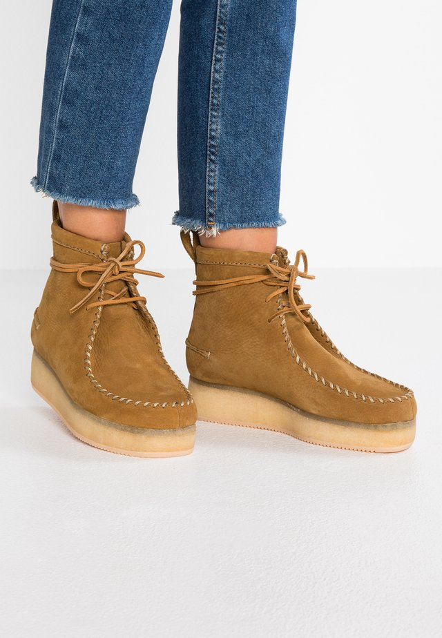 WALLABEE CRAFT - Platform ankle boots - oak