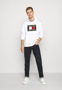 Tommy Hilfiger - ICON BADGE HOODY - Sweat à capuche - white - 1