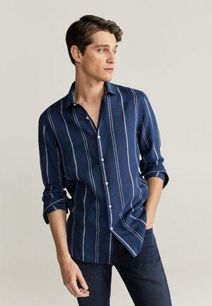 SLIM FIT-LEINENHEMD MIT KAROMUSTER TAMI  - Shirt - dunkles marineblau