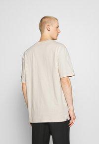 Puma - DOWNTOWN GRAPHIC TEE - Print T-shirt - birch - 2