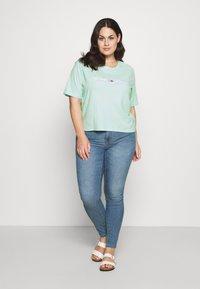 Tommy Jeans Curve - LINEAR LOGO TEE - Print T-shirt - aqua coast - 1