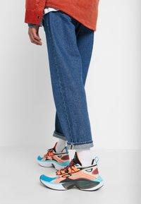Nike Sportswear - SIGNAL D/MS/X - Sneakers laag - guava ice/light aqua/hyper crimson/blue hero/cedar/black - 0