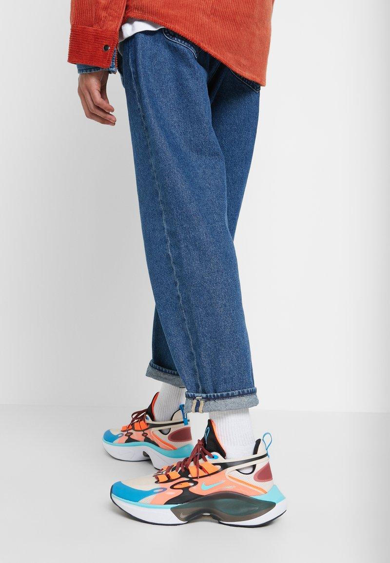 Nike Sportswear - SIGNAL D/MS/X - Sneakers laag - guava ice/light aqua/hyper crimson/blue hero/cedar/black