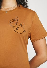 Even&Odd Curvy - Print T-shirt - brown - 3