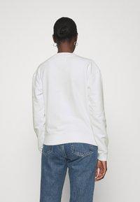 Calvin Klein Jeans - HOLOGRAM LOGO CREW NECK - Sweatshirt - bright white - 2