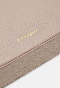 Coccinelle - TEBE CROSSBODY BAG - Skulderveske - powder pink - 4