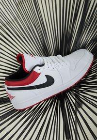 Jordan - AIR 1 - Sneakersy niskie - white/gym red-black - 2