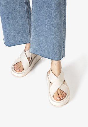 Sandalen met sleehak - crema cma